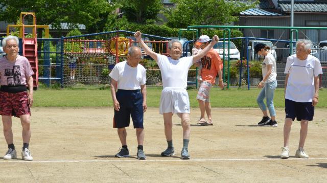 「いくぞー」と四男・白崎栄さん(右から2番目)