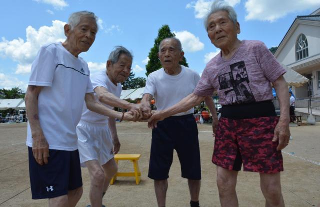 完走をたたえ合って握手する4兄弟