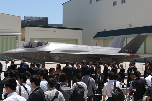 お披露目されたF35A戦闘機=5日午後0時15分、愛知県豊山町、吉本美奈子撮影