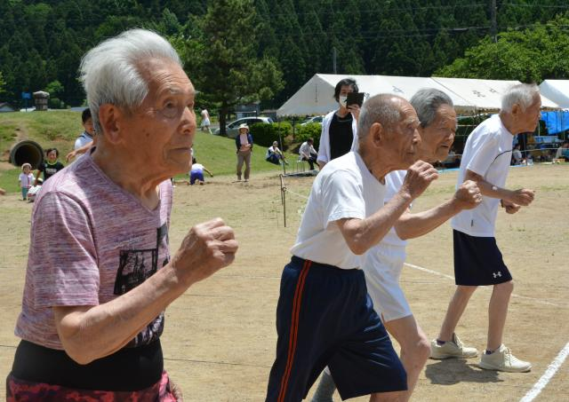 60メートル走に臨む4兄弟。左手前から大森良一さん、栄一さん、白崎栄さん、大森良作さん