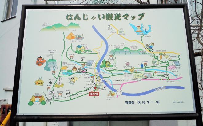 駅前に立つ「なんじゃい観光マップ」。怒っているわけではありません