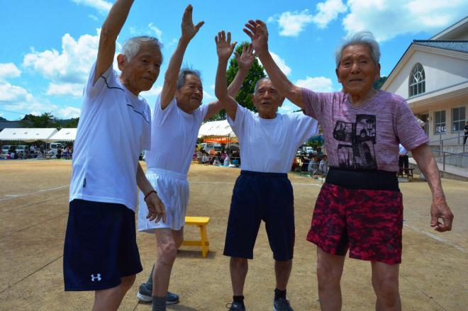 60メートルの完走を喜ぶ快速4兄弟。右から大森良一さん、栄一さん、白崎栄さん、大森良作さん=福井県鯖江市
