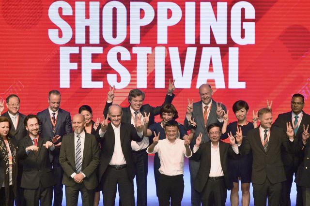 グローバル・ショッピング・フェスティバルの発起記念イベントに参加するアリババの関係者たち=2016年5月10日、杭州