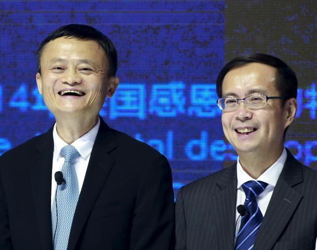 満面の笑みのジャック・マー氏(左)とダニエル・チャン氏=2015年11月11日、北京