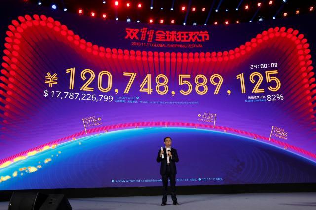 たった1日で1207億元(約1兆9000万円)を売り上げた、中国「独身の日」。スクリーンの前に立つアリババCEOのダニエル・チャン氏=2016年11月12日、深セン