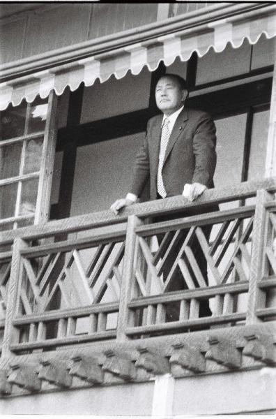 新潟から上京した客に、私邸2階から応える田中角栄氏=1972年7月7日