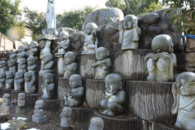 様々な動きを見せる地蔵たち=福井県越前市、影山遼撮影