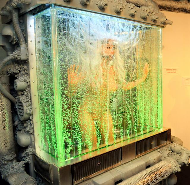 水槽の中に入ったオブジェのようなドール。展示後に美術オークションにかけるのだという=東京都渋谷区のアツコバルー