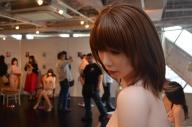 女性の姿も目立つラブドール展=東京都渋谷区のアツコバルー