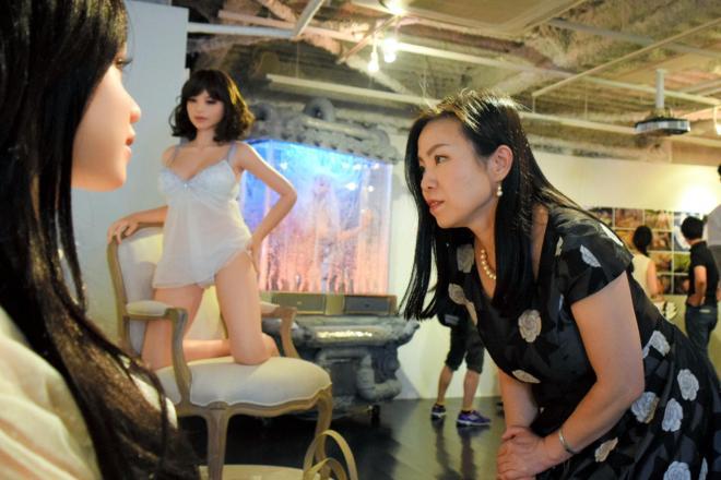 ラブドールを観察する妙木忍さん=東京都渋谷区のアツコバルー