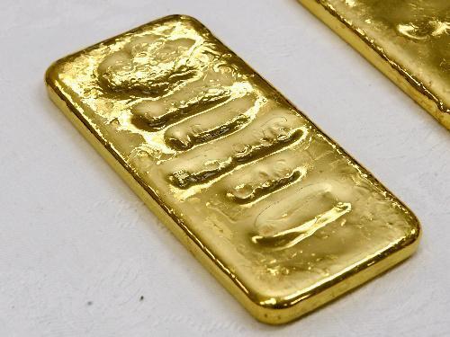 佐賀県唐津市の金塊密輸事件で押収された金塊。刻印が読み取れなくなっていた=長沢幹城撮影