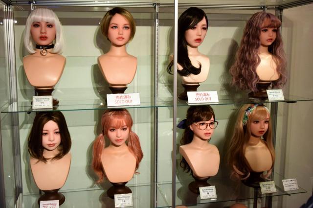 顔の造形の例が紹介されるコーナー=東京都渋谷区のアツコバルー