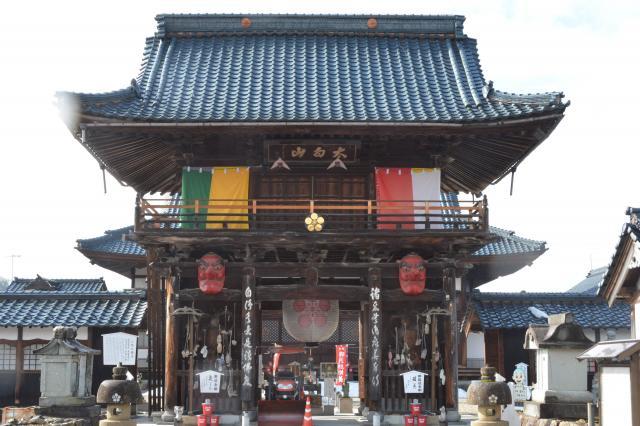 門の脇には大きなてんぐ=福井県越前市