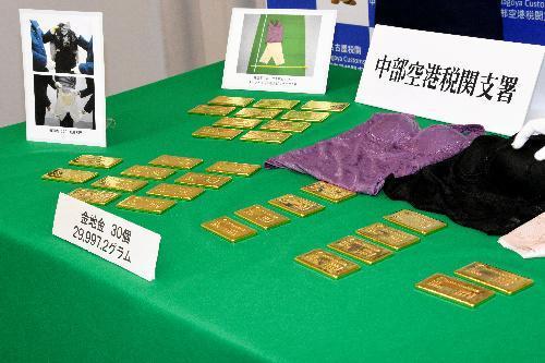 名古屋税関が押収した金塊=2017年6月1日