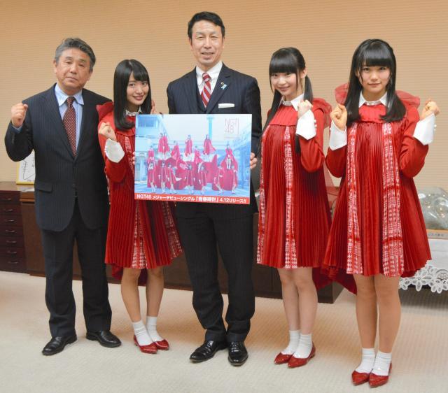 米山隆一知事(中央)と記念撮影をする荻野由佳さん(右から2人目)ら=2017年3月23日、新潟県庁