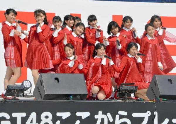中井りかさん(手前中央)を中心に新曲「青春時計」を披露するNGT48=3月18日、新潟市中央区