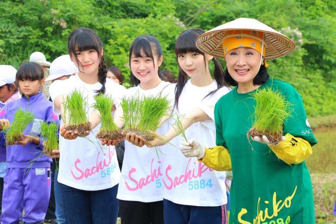 速報発表の翌日、新潟市出身の演歌歌手小林幸子さん(右端)と一緒に田植えイベントに参加した荻野由佳さん(右から2人目)©AKS