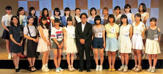 秋元康総合プロデューサーと、NGT48のオーディションに合格した22人=2015年7月25日、新潟県長岡市