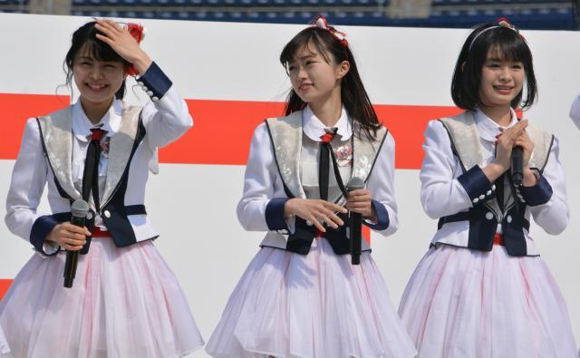 メジャーデビュー記念イベントに登壇した(左から)本間日陽さん、中井りかさん、高倉萌香さん=3月18日、新潟市中央区