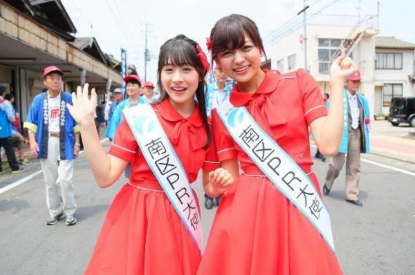 新潟市南区のPR大使として、同区の恒例イベント「白根大凧合戦」に参加する加藤美南さん(中央左)と中村歩加さん@AKS