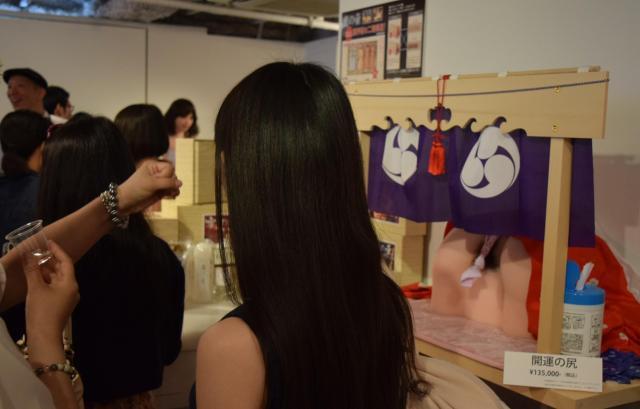 女性の下半身を「神体」にみたてた展示=東京都渋谷区のアツコバルー