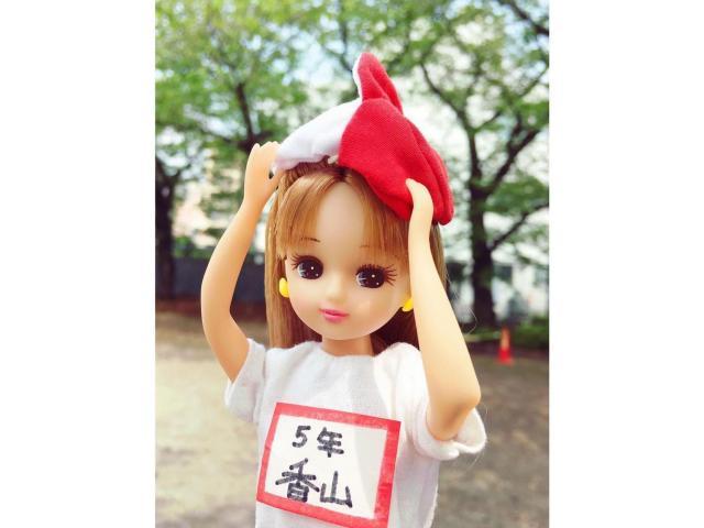 赤白帽姿のリカちゃん。「5年 香山」とのゼッケンがついている=© TOMY