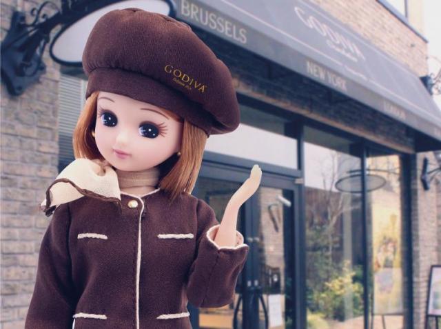 「GODIVA」の制服を着るリカちゃん=© TOMY