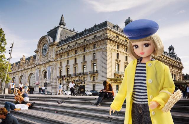 フランスの「オルセー美術館」とリカちゃん=© TOMY