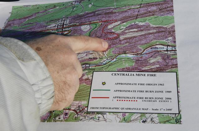 地下火災の様子を示す地図に指しているティモシー・オルタレスさん=セントラリア、2007年12月