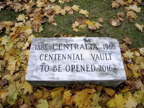 1966に埋められたセントラリアのタイムカプセル。2016年に掘り出される予定でしたが、浸水のことで予定より2年早く発掘されました=セントラリア、2007年12月