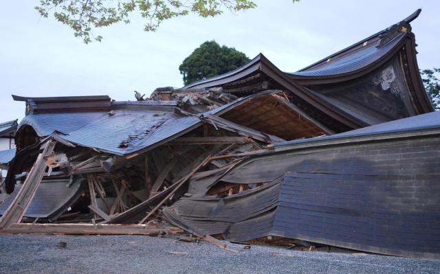熊本地震で倒壊した国の重要文化財・阿蘇神社の楼門=2016年4月16日、熊本県阿蘇市一の宮町