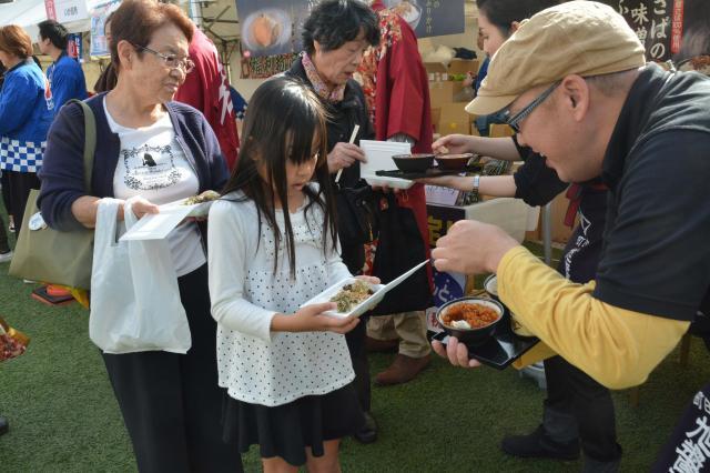 熊本市で2015年に開いた「全国ふりかけグランプリ」。来場者は、白いご飯を片手に会場を巡り、全国のふりかけを試食した