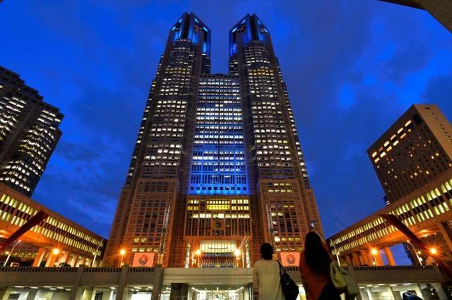 「ブルーリボン」にちなんで青色にライトアップされた東京都庁舎=2014年9月12日