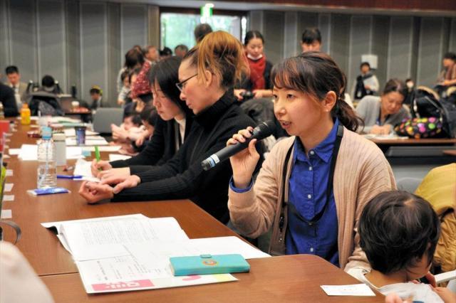 認可保育所の1次選考で落ちた母親らが国会内で開いた集会。「もう仕事を辞めるしかない」「待機児童問題は20年前からあるのに、なぜ解決しないのか」などと訴えた=2017年2月24日