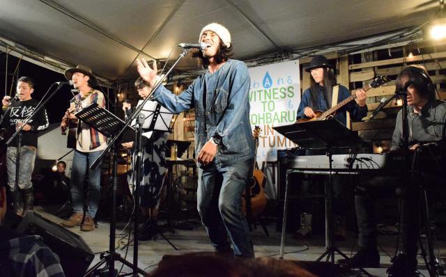 WTKでTOSHI-LOWさん(左端)、小林武史さん(右端)らと舞台に上がる東田さん=長崎県川棚町