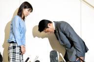 塩村文夏都議(左)に謝罪する鈴木章浩都議=2014年6月23日、都庁、福留庸友撮影