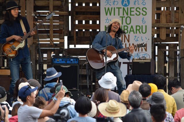 昨年10月に開かれたWTKで熱唱する東田さん=長崎県川棚町