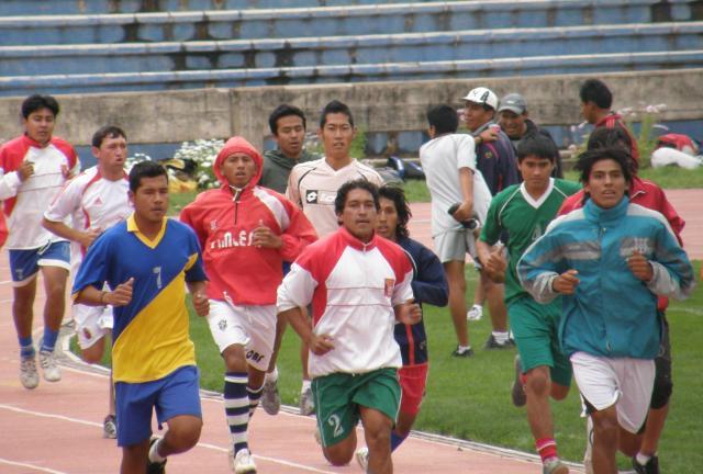 ボリビアでのトライアウトで走る菊池康平さん(中央)=菊池さん提供