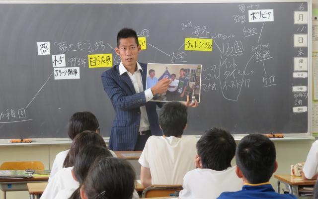 学校で自らの経験を語る菊池康平さん=菊池さん提供