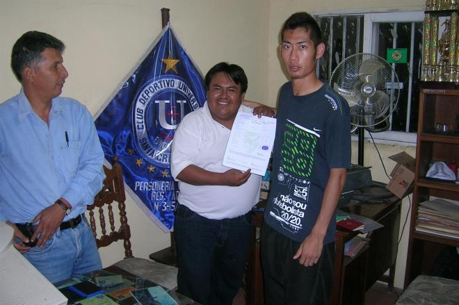 2008年、南米ボリビアでプロ契約を果たした菊池康平さん(右)=菊池さん提供