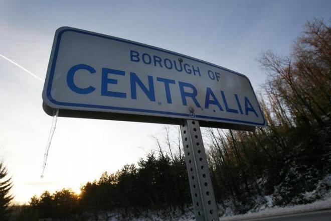 セントラリアへの道を示す道路標識=ペンシルベニア州、2007年12月