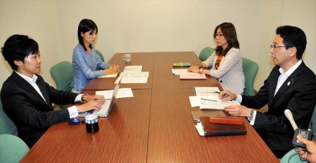 都議会で塩村文夏都議(左から2番目)がセクハラ発言をうけた問題で、対応を協議する議員=2014年6月19日、都庁