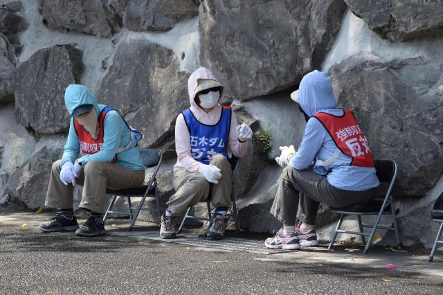 地元住民や支援者が「石木ダム反対」「強制収用反対」のベストを着て工事の監視活動をしていた=長崎県川棚町