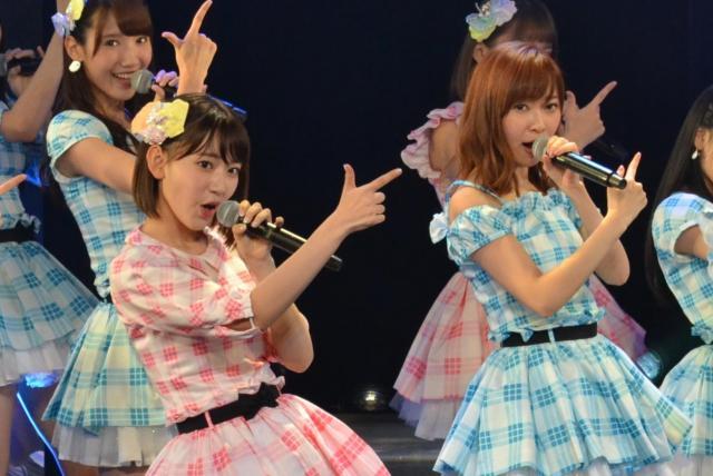 石井教授の研究室が1位に予測した指原莉乃さん(右、HKT48)と3位に予測した宮脇咲良さん(左、HKT48)