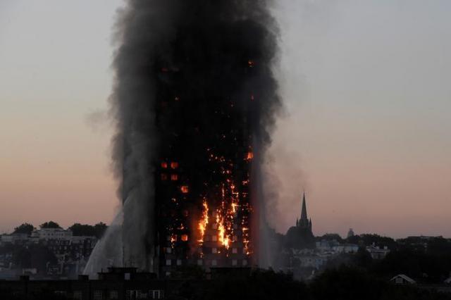 燃え続けるロンドンの高層住宅=2017年6月14日
