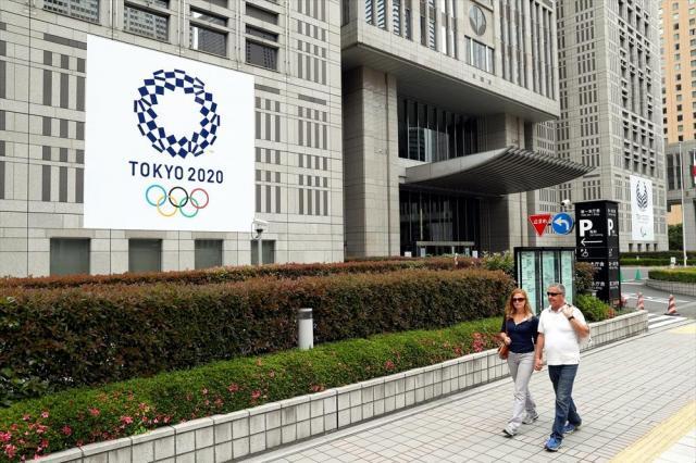 東京五輪・パラリンピックのエンブレムが掲げられた都庁第1庁舎=2016年5月20日
