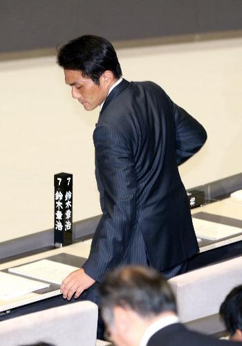 都議会本会議に出席した鈴木章浩都議=2014年6月25日、都議会、嶋田達也撮影