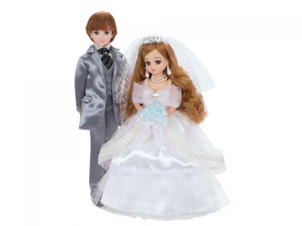 タキシード姿のボーイフレンドとウェディングドレスを着たリカちゃん=© TOMY