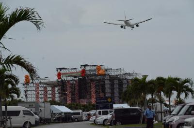 AKB総選挙が行われる予定だった豊崎美らSUNビーチ。すぐ上空を飛行機が飛んで行った=6月15日、沖縄県豊見城市