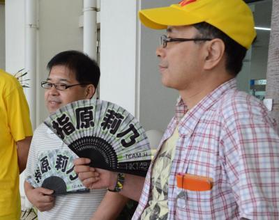 指原莉乃さん仕様の扇子を持つmasamiyaさん(右)と岩さん